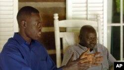 FILE - Abraham Akoi, kushoto, and Emanuel Solomon wakizungumzia maswala ya nyumbani kwao Sudan Kusini.