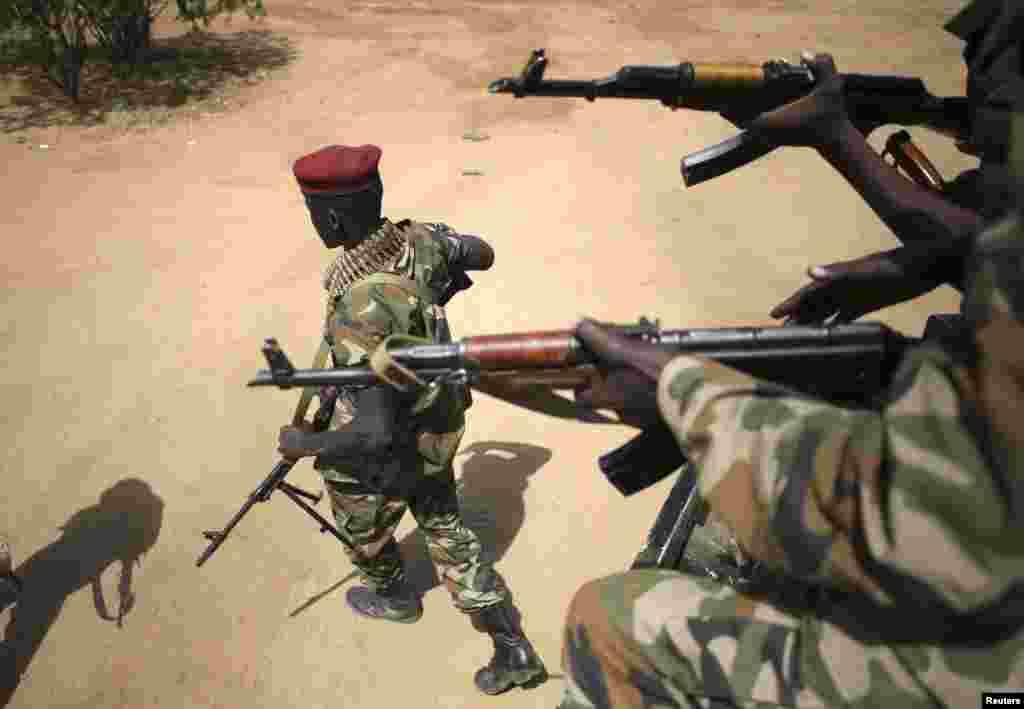 جنوبی سوڈان کی فوج کے ایک ترجمان نے کہا ہے تیل کی دولت سے مالا مال ریاست کے مرکزی شہر بنتیو پر حکومت کا کنٹرول ختم ہو گیا ہے۔
