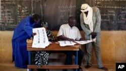 馬里選舉官員核實參加議會選舉的選民身份。