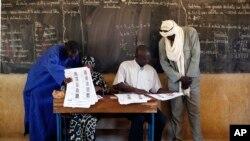 말리에서 24일 총선거가 치러지는 가운데 선거관리위원들이 유권자들의 신원을 확인하고 있다.