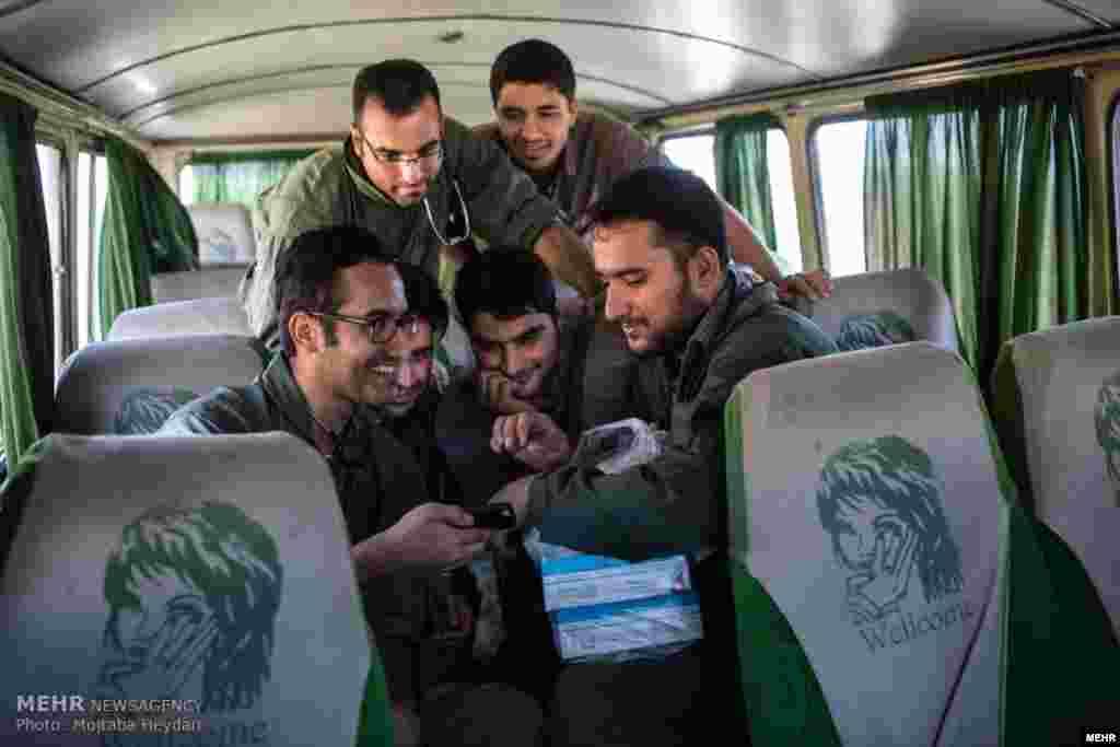 این دامپزشکان، با عنوان «جراحان جهادی» به روستاهای ایران می روند و دام و طیور کشاورزان را معاینه می کند. عکس سلفی آنها. عکس مجتبی حیدری