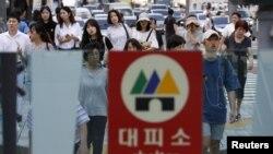 Seulda, metro girişinin yaxınlığında bomba sığınacağı işarəsi.