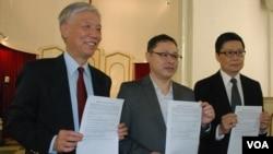 佔領中環爭普選運動的三位倡議者(左起)朱耀明牧師、學者戴耀廷、學者陳健民,發表運動信念書,強調運動以關愛為起點