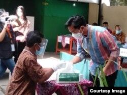 Putra pertama Presiden Joko Widodo yang bertarung di Solo, Gibran Rakabuming memberikan suara di salah satu TPS di Solo. (Courtesy: radio afiliasi VOA)