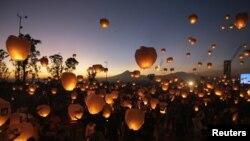 Por tres horas el cielo se iluminó con el lanzamiento de los globos encendidos y reunió a más de 25.000 personas en la cima del cerro de Loreto y Guadalupe.