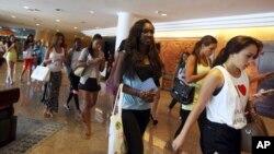 "Para peserta ""Miss World 2013"" meninggalkan Bali International Convention Center seusai latihan bersama di Nusa Dua, Bali (16/9)."