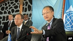 World Bank President Jim Yong Kim (r) during a press conference with U.N. Secretary-General Ban Ki-moon in Goma, eastern Congo, May 23, 2013.