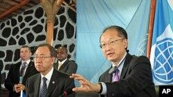 Sekjen PBB Ban Ki-moon (kiri) dan Presiden Bank Dunia Jim Yong Kim memberikan konferensi pers di kota Goma, Kongo, Kamis (23/5).
