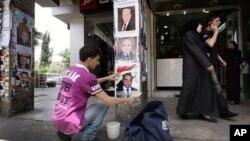 Nhân viên bầu cử dán hình các ứng cử viên tại Damascus, ngày 2/5/2012