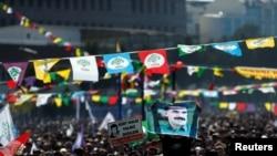 İstanbulda Novruz bayramını qeyd edən insanlar həbsdə olan Kürdüstan Fəhlə Partiyasının lideri Abdullah Öcalanın şəklini dalğalandırır. 24 mart, 2019.