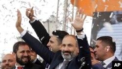 Arxiv fotosu-Ermənistanın yeni seçilmiş baş naziri Nikol Paşinyan Yerevanda Respublika meydanında, 8 may, 2018.