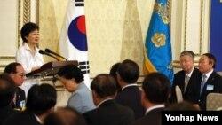 박근혜 한국 대통령이 20일 청와대 영빈관에서 열린 민주평통 간부위원 간담회에서 인사말을 하고 있다.