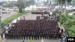 Peringatan Hari Buruh Sedunia pada 1 Mei 2013, ribuan buruh tutup ruas Jl MH Thamrin menuju Istana Merdeka. (VOA/Andylala Waluyo)