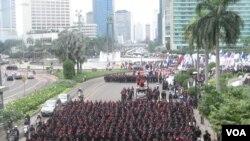 Pada peringatan Hari Buruh Sedunia (1/5), ribuan buruh menutup ruas Jl. MH Thamrin menuju Istana Merdeka. (VOA/Andylala Waluyo)