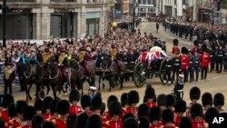 Peti jenazah mantan PM Inggris Margaret Thatcher berselimut bendera kebangsaan Inggris dibawa dengan kereta kuda dengan pengawalan tentara Kerajaan Inggris, menuju Gereja Katedral St. Paul di pusat kota London (17/4).