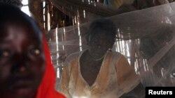 "Seorang perempuan Sudan yang menderita malaria duduk di tempat perawatan ""darurat"" di dalam rumahnya di Golo, Fashoda, Sudan (foto: ilustrasi)."