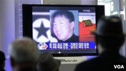 Warga Korea Selatan menyaksikan berita televisi di stasiun kereta api Seoul mengenai pengangkatan Kim Jong-un sebagai jenderal di Korea Utara.