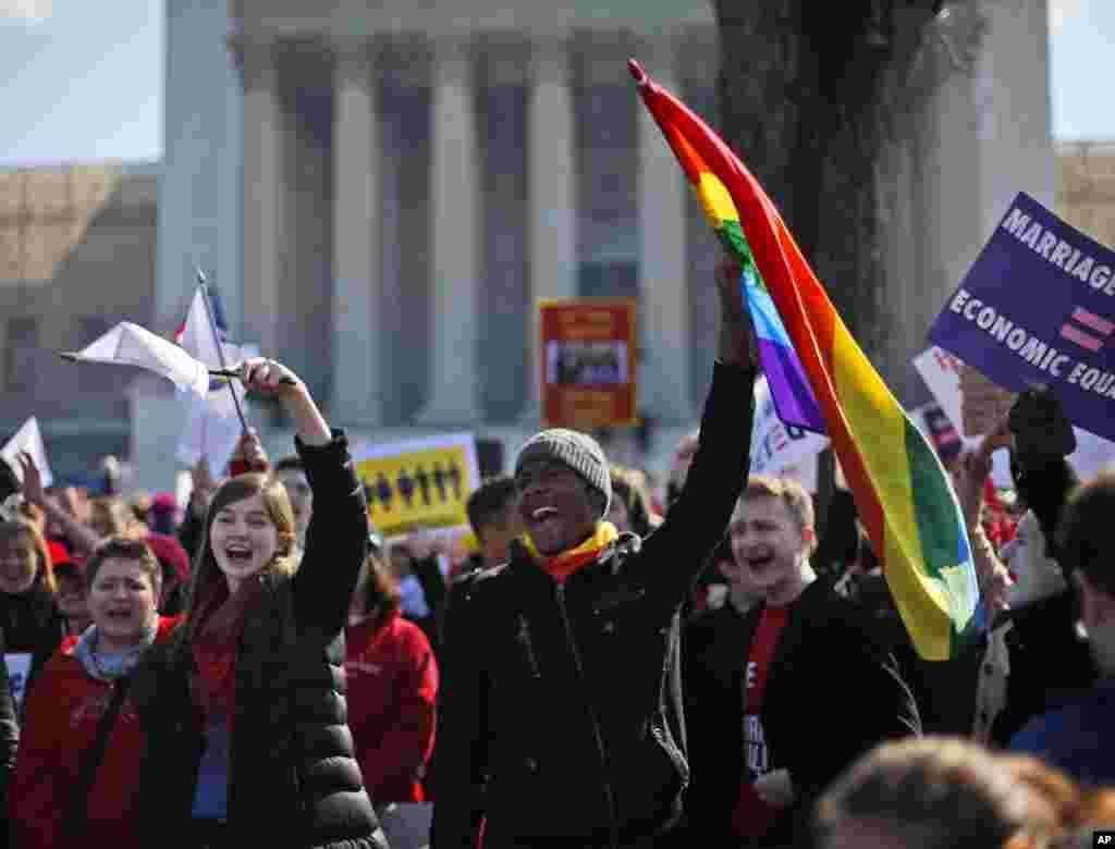 Para demonstran menyerukan slogan-slogan di depan Mahkamah Agung di Washington (26/3) saat para hakim agung mendengarkan argumen Undang-Undang Proposition 8 di California yang melarang pernikahan sejenis. (AP/Pablo Martinez Monsivais)