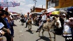مراسم روز الاغ در شهر اوتومبا در مکزيک