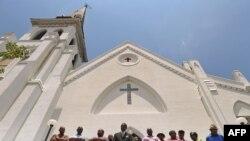 Les membres de l'Emanuel African Methodist Episcopal Church se rassemblant devant l'église et annonçant que les services du dimanche auront lieu tel que prévu, quatre jours après la tragédie - 20 juin, 2015.