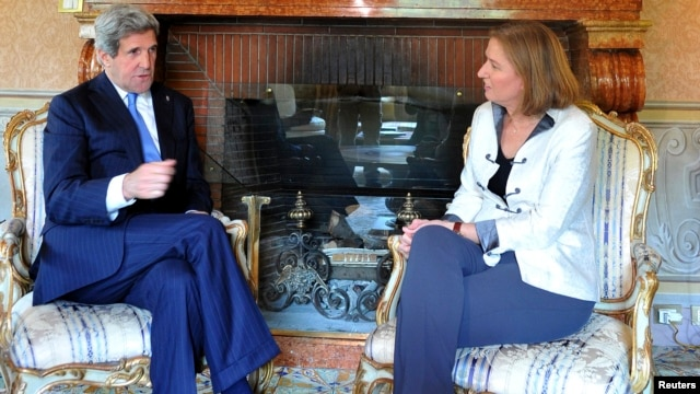 U.S. Secretary of State John Kerry (L) talks to Israeli Justice Minister Tzipi Livni during their meeting at the U.S. Ambassador's residence in Rome, May 8, 2013.