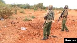 Des agents de sécurité déployés près du lieu où une bombe artisanale a explosé et tué plusieurs policiers à Garissa, Kenya, 24 mai 2017.