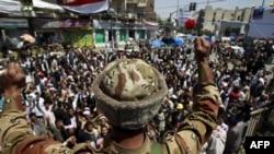 Yemen'de göstericilere katılan bir subay