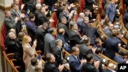 우크라이나 의회가 28일 새 시위 및 집회법의 폐지를 결의한 후, 의원들이 박수를 치고 있다.