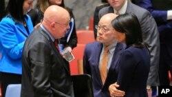 지난해 뉴욕의 유엔본부에서 유엔 안보리가 북한 6차 핵실험에 대응하기 위한 긴급회의를 마친 뒤 니키 헤일리 유엔 주재 미국 대사(오른쪽부터)와 류제이 유엔 주재 중국 대사, 바실리 네벤쟈 유엔 주재 러시아 대사가 대화하고 있다.