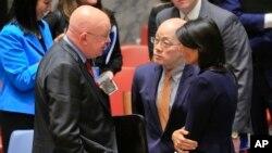 4일 미국 뉴욕의 유엔본부에서 유엔 안보리가 북한 6차 핵실험에 대응하기 위한 긴급회의를 마친 뒤 니키 헤일리 유엔 주재 미국 대사(오른쪽부터)와 류제이 유엔 주재 중국 대사, 바실리 네벤쟈 유엔 주재 러시아 대사가 대화하고 있다.