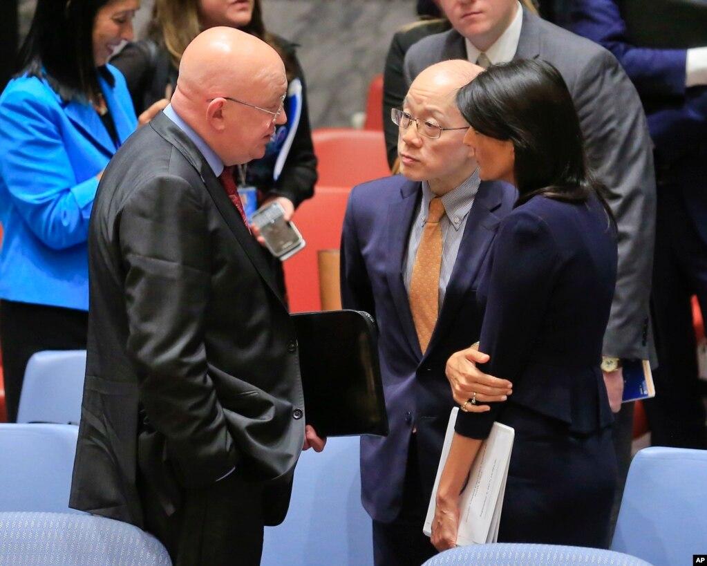 三位驻联合国大使在核不扩散问题会议后磋商,右起:美国常驻联合国代表妮基·黑利,中国常驻联合国代表刘结一 ,俄罗斯常驻联合国代表瓦西里·涅边贾 。