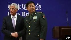 美国国防部长哈格尔与中国国防部长常万全上将在北京联合举行记者会之后握手。(2014年4月8日)