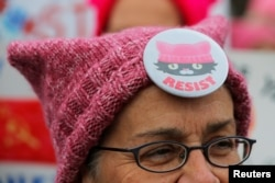 Peserta pawai Women's March di Cambridge, Massachusetts, mengenakan topi kucing merah muda, 20 Januari 2018.
