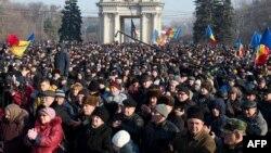 Демонстранты у здания парламента в Кишиневе