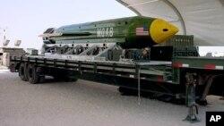 """GBU-43B bombasi, 11 tonnalik portlovchi modda, yadroviy emas. Ilk bor 2017-yilning 14-aprelida Afg'onistonda """"Islomiy davlat""""ga qarshi qo'llandi."""