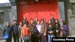 部分民众在胡耀邦逝世24周年纪念日到北京胡家祭拜(来源:博讯)