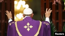 """Le pape François ouvre la """"porte sainte"""" dans la cathédrale de Bangui, le 29 novembre 2015. (REUTERS/Stefano Rellandini)"""