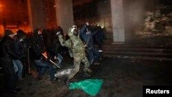 반정부 시위대가 6일 수도 키예프에서 경찰과 투석전을 벌이고 있다.