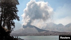 Abu vulkanik tampak keluar dari dalam kaldera Gunung Rinjani (di mana terdapat gunung Barujari) di Pulau Lombok, provinsi Nusa Tenggara Barat pada 25 Oktober 2015 lalu (foto: Lalu Edi/Antara untuk Reuters).