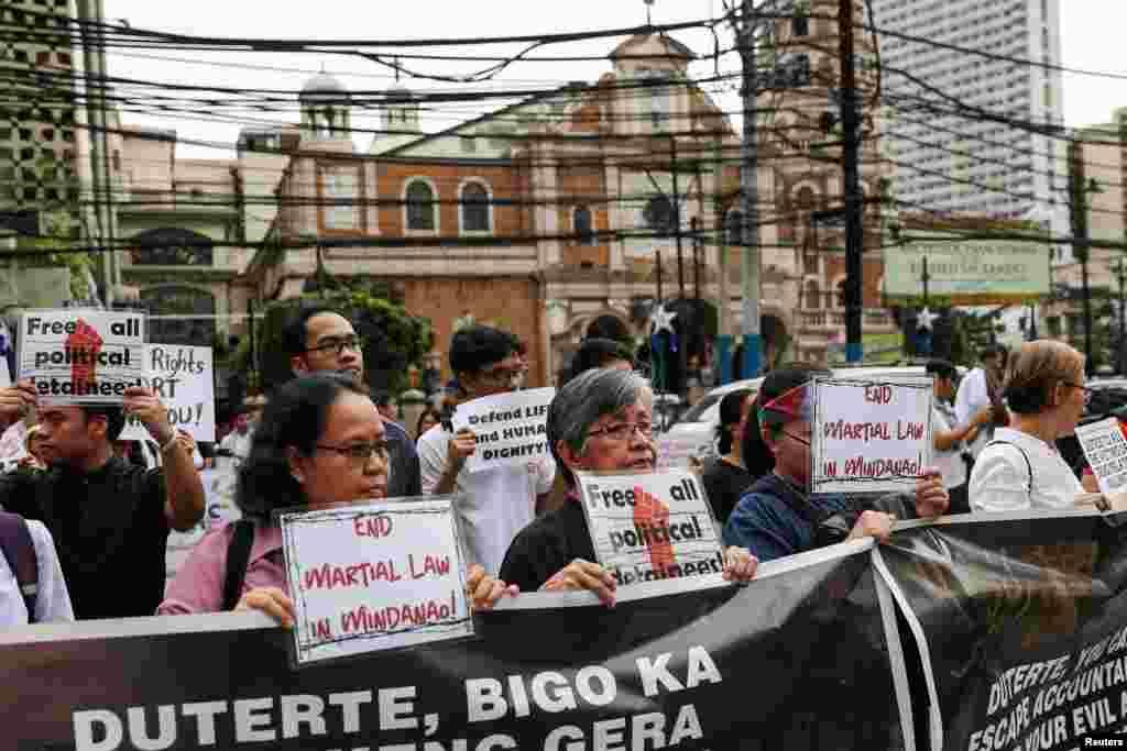 Activistas filipinos sostienen pancartas pidiendo el fin de la Ley Marcial en la región de Mindanao.