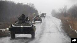 Binh sĩ và xe quân sự của chính phủ Ukraine trên đường tiến về phía thị trấn Artemivsk, Ukraine, ngày 1/2/2015.
