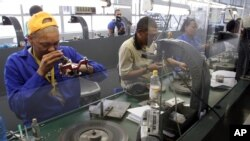 Berlian sedang dipoles di pabrik berlian Krochmal and Cohen di Johannesburg. (Foto: ilustrasi)