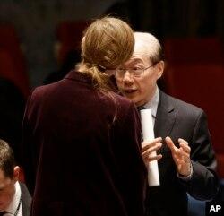 사만사 파워 유엔주재 미국대사(왼쪽 뒷모습)와 류제이 유엔주재 중국대사가 지난 3월 뉴욕 유엔본부에서 열린 안보리 회의에서 북한의 대한 추가 제재 내용을 담은 결의안에 관해 대화하고 있다.