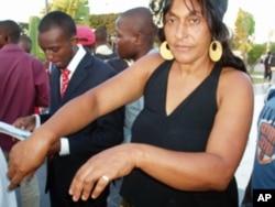 Elsa Luvualu foi detida durante a manifestação de 25 de Maio e após ser libertada, pouco depois, regressou à manifestação.