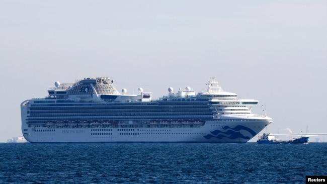 El crucero Diamond Princess anclado en el puerto de Yokohama, Japón, después de que 10 personas dieron positivo a pruebas de coronavirus el 5 de febrero de 2020.