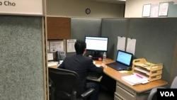 조성우씨가 미국 워싱턴 D.C. 의 노동부 통계청 내 사무실에서 일하고 있다.