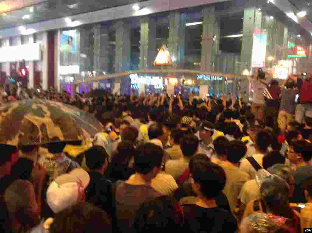 旺角反占中人士踩场与占中示威者冲突(美国之音海彦拍摄)