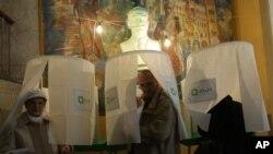 Warga Georgia mengikuti pemilihan suara dalam pemilihan presiden di Tbilisi, Georgia (27/10).