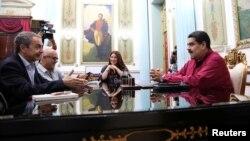 El presidente Nicolás Maduro, (Der.), se reunió con el expresidente del gobierno español, José Luis Rodríguez Zapatero, en el palacio de Miraflores el miércoles 15 de noviembre.