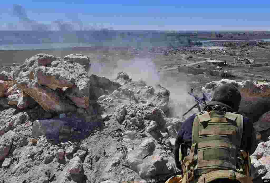 미군이 지원하는 '시리아민주군(SDF)'이 이슬람 극단주의 무장세력 IS의 마지막 근거지인 시리아 바구즈를 향해 발포하고 있다.